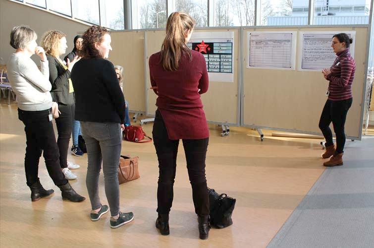 Bezoekers van scholen luisteren naar het verhaal van het ETZ